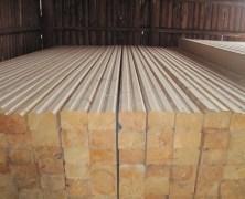 Хранение профилированного бруса производится на строительной базе, где за ним постоянно наблюдают и тщательно проверяют перед началом строительства
