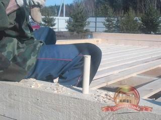 Установка деревянного нагеля в отверстие