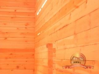 Вид на деревянный дом в лучах солнца изнутри