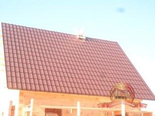 Полностью покрытый металлочерепицей скат крыши