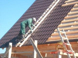 Кроем второй скат крыши металлочерепицей