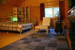 Уютная спальня для подростка, где разсположилось большое спальное место, зона для хранения и творчества. В такой среде ребенок будет гармонично развиваться