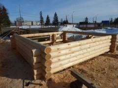 Опытная бригада в сжатые сроки соберет сруб из зимнего леса на уже готовый фундамент