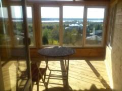 По одному из проектов прямиком из гостиной можно пройти на балкон, откуда открывается потрясающий вид