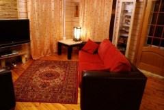 Интерьер гостиной, главный образующий элемент - ковер в традиционно русском стиле