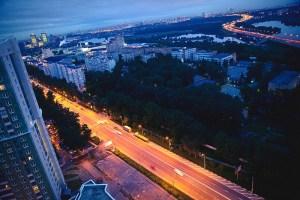 Вид на ночное Ильинское шоссе, жизнь кипит, но даже в центре города на этом шоссе не наблюдается пробок