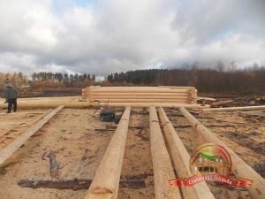 Фото сруба 8х9 из бревна ручной рубки на строительной площадке