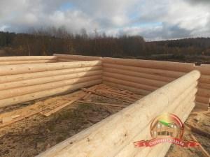 Ряд за рядом рубим и собираем деревянный дом