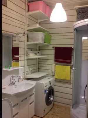 В просторной ванной комнате разместилось не только все необходимое, но еще и осталось место для постирочной