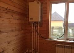 Газовый котел в ванной комнате деревянного дома
