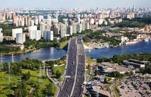 Ленинградское шоссе зарождается в самом центре столицы и захватывает множество бизнес-центов, салонов красоты, торговых центров и т.д.