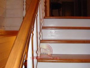 Перила и ступени лестницы «Галант» крупным планом