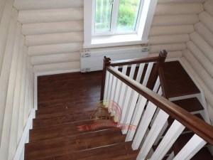 Спуск вниз по деревянным ступеням