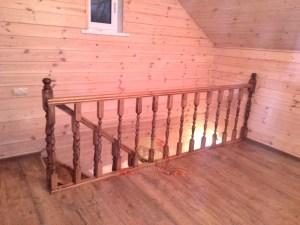 Вид со второго этажа на ограждение лестницы