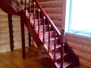Деревянная лестница модели «Фаворит» в срубе дома из бревна