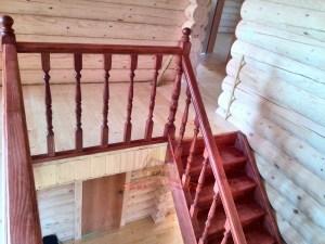 Обзорный вид ограждения деревянной лестницы на 2 этаже
