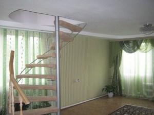 Нетипичная отделка потолка первого этажа в деревянном доме