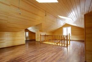 Пример отделки мансарды деревянного дома вагонкой