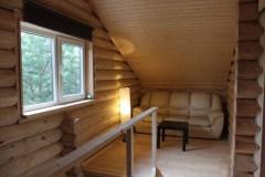 В небольшом холле второго этажа расположился уютный диванчик
