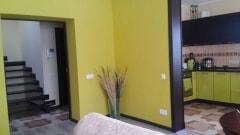 Современный интерьер прихожей с использованием ярких цветов и контрастов