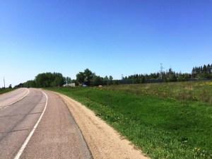 При выезде из города, Пятницкое шоссе поглащает живая природа. Именно здесь вы сможете отдыхать в экологически чистом районе, не уезжая слишком далеко от города. Деревянный дачный домик станет подходящим местом для отдыха.