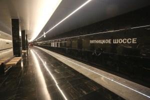 """Станция метро """"Пятницкая"""" недавно реконструировалось, так, до поселков можно добраться на электричке или же вы можете воспользоваться личным автомобилем. Для владельцев транспорта хорошо подойдет строительство брусовых домов с гаражом"""