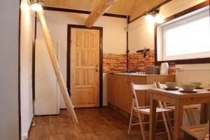 Интерьер дома из ручной рубки может быть не только уютным, но еще и очень современным