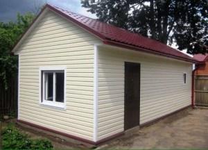 Небольшой дачный домик, для внешней отделки используется виниловый сайдинг молочного цвета