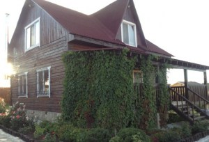 Конструкция дома включает в себя открытую террасу, это отличное место для приема гостей, обеда и просто отдыха