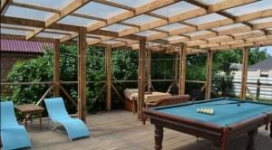 Обустройство современной террасы для отдыха, бильярдный стол стонет хорошим развлечением для вас