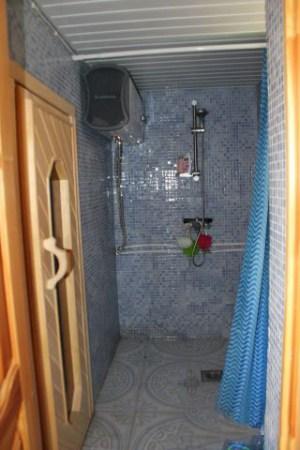 Пример ванной в деревянном доме, имеется все необходимое