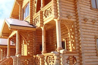 Красивый дом из оцилиндрованного бревна в Кимрском районе с резными элементами декора
