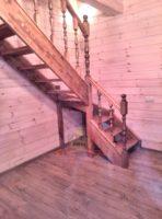Правозаходная узкая лестница в доме из бруса