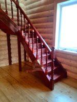Деревянная лестница в срубе дома из оцилиндрованного бревна