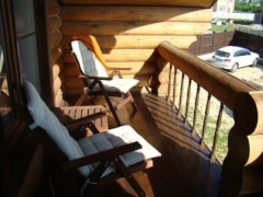 Деревянная мебель отлично подойдет для вашего деревянного дома