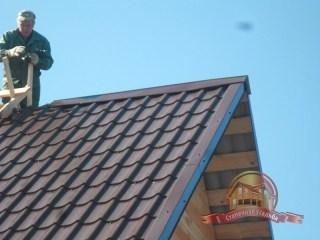 Устанавливаем обрамляющие элементы крыши из металлочерепицы