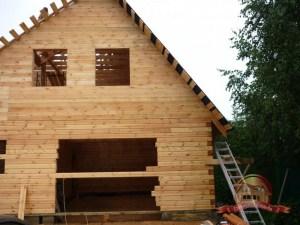 Процесс покрытия крыши сруба рубероидом