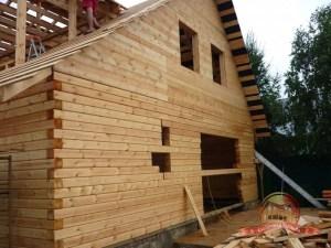Строительные работы идут полным ходом. Вскоре здесь встанут окна и ворота