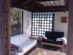 Как вам такое решение обустройства комнаты для приема гостей в деревянном доме?