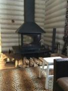 Прекрасным элементом гостиной может стать небольшой камин, который создает уют