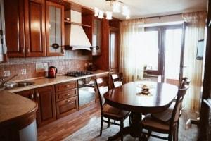 При обустройстве кухни-столовой можно использовать множество интересных деталей интерьера. И, конечно же, большой деревянный стол для семейных обедов.