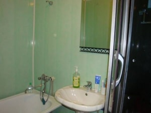 Обустройство ванной комнаты в деревянном доме может быть очень современным