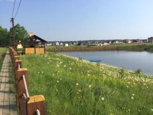 Во многих поселках оборудованы зоны для отдыха. Здесь, например, вы сможете устроить пикник на берегу реки или же искупаться.