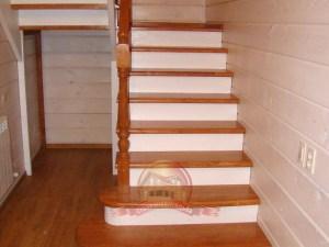 Первый пролет лестницы со скругленными забежными ступеньками
