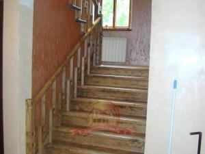 Широкий деревянный подъем на 2 этаж