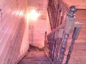 Спуск на первый этаж по деревянным ступеням