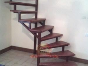 Правозабежная винтовая лестница с деревянными ступенями