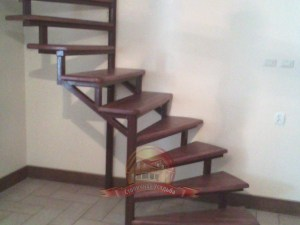 Винтовая деревянная лестница модели «Виктория» в частном доме