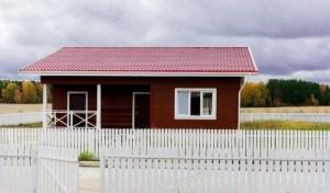 Пример дачного строения, покрытие крыши металлочерепицей