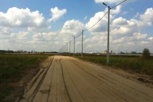 Так выглядит Носовихинское шоссе в одном из поселков. Вдали виднеются коттеджи, не хватает только вашего деревянного домика прямо здесь